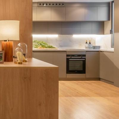 Cocina con armarios modulares en melamina