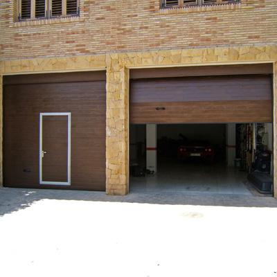 Puerta Seccional residencial acabado marron con puerta peatonal