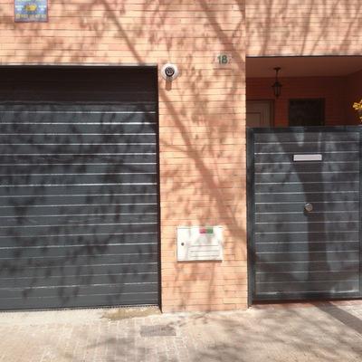 Puerta seccional Ral 7016 con peatonal a juego