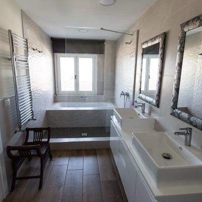 Espacioso y elegante cuarto de baño