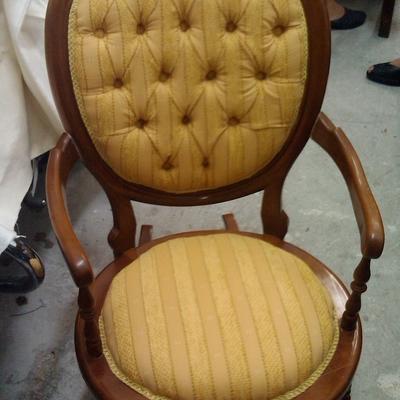 sillón balancín con respaldo capitoné