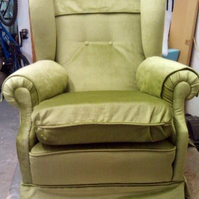 sillón orejero en terciopelo verde