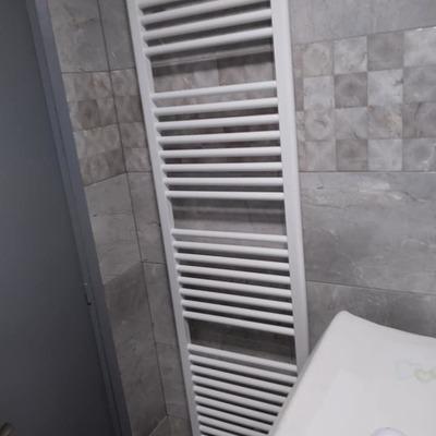 Instalación de radiador de baño