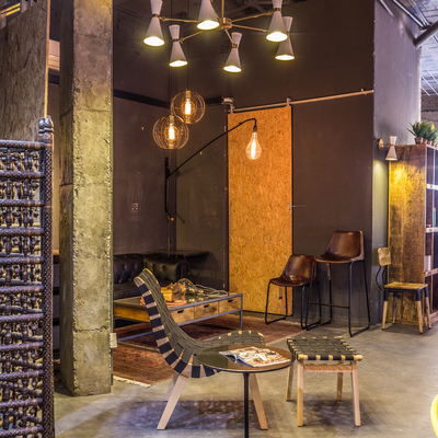 Butaca Risom, lámpara Mid Century y bombillas de filamentos