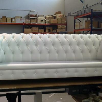 Sofa chester tres plazas tapizado en piel blanca