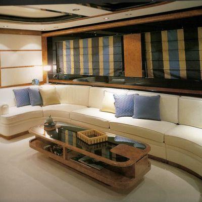 sofa de interior de un yate tapizado en tonos marfil