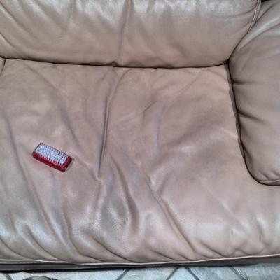 sofa de  piel sucio