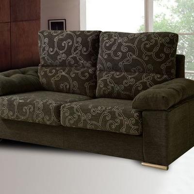 sofá tapizado en tonos marrones