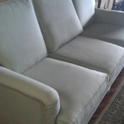 mismo sofa tres plazas ya limpio