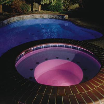 Spa y piscina iluminados