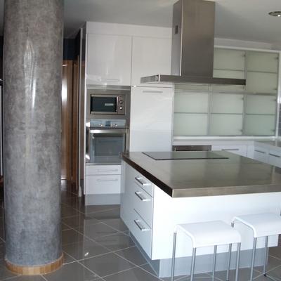 stucco en columna gris en cocna