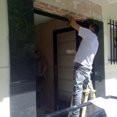 Substitución puerta y solado portal