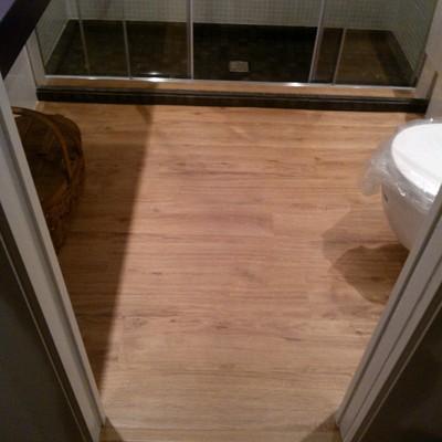 suelo vinilico en baño