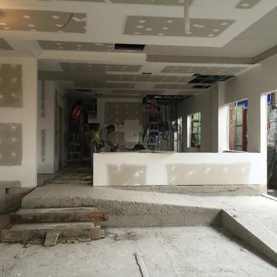 Construcción edificio sobre planos