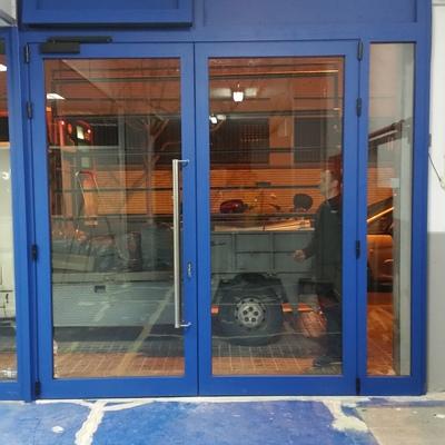 Puerta abatible en RAL color azul