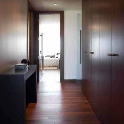 Tarima maciza de Cumarú en vestidor.