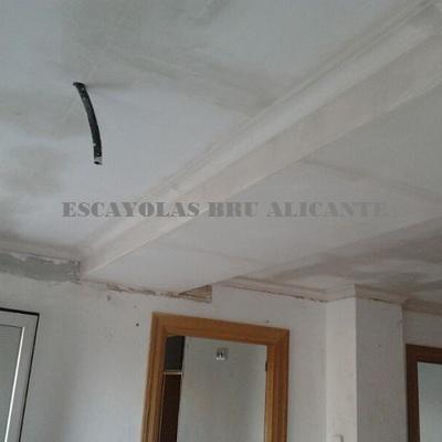 techo de escayola lisa y bandeja para ocultar tuberías