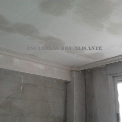 techo de escayola lisa y moldura de media caña en Alicante
