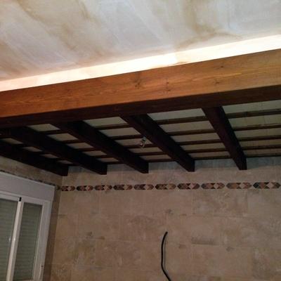 Techo de interior para cocina, vigas de madera y ladrillo de soleria