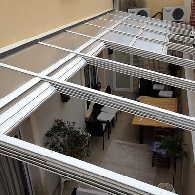 Instalación de techo móvil 75% motorizado con policarbonato celular como cubierta.