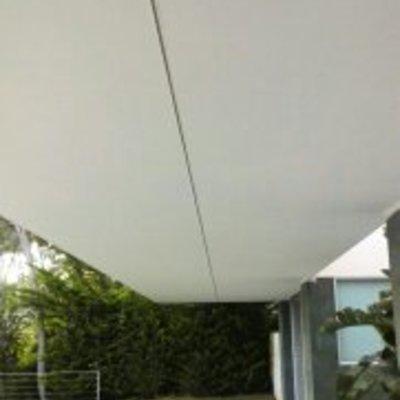 Falso techo exterior terminado y pintado de blanco