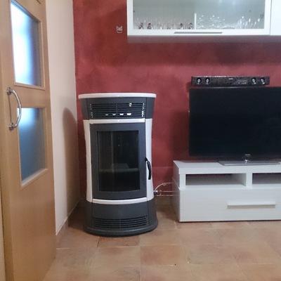 Termo-estufa de pellet de 15 kW con sistema de calefacción por radiadores
