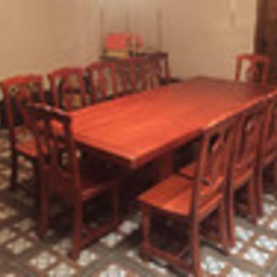 Mesa y sillas madera.