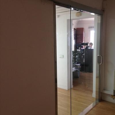 Puerta corredera de cristal para oficina