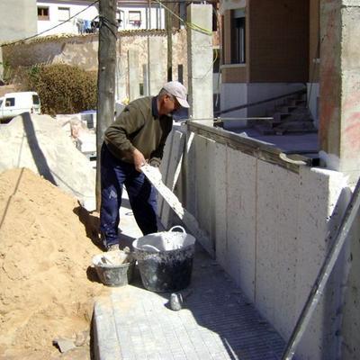 trabajando el zocalo co cemento cola