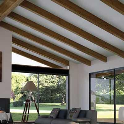 Colocación de vigas imitación madera en techo habitación.