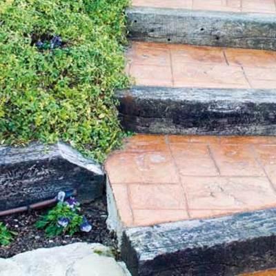 Traviesas, cerámica, plantas y piedra para hacer tu acceso a casa.