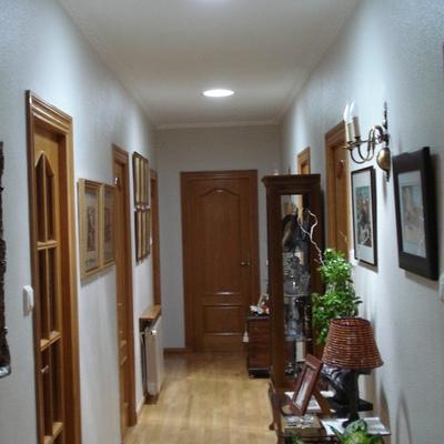 Un pasillo interior con luz del día