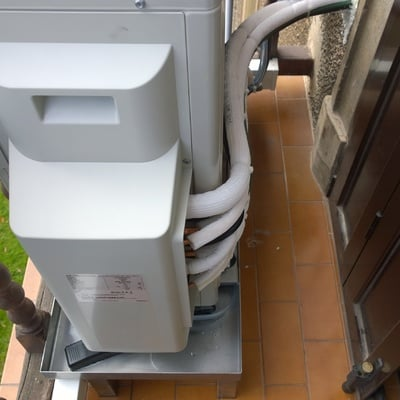 Unidad exterior sobre bandeja de condensados en INOX a medida
