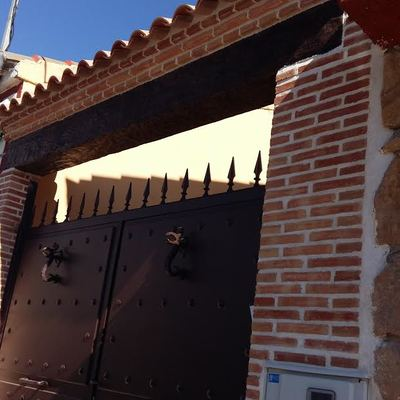 Construcción de sardineles en la puerta y hormigón impreso