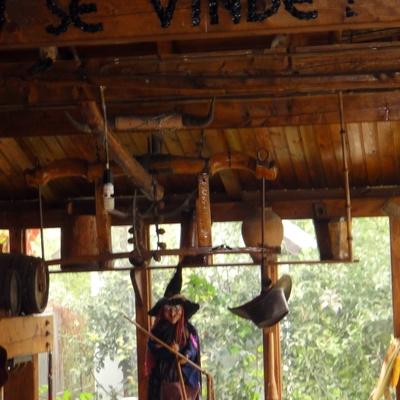 Útiles y enseres de madera rústica restaurados