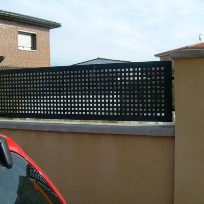 vallas de chapa con agujeros cuadrados de 2cmx2cm