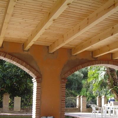 Reforma de porche en construcción de arcos y tcho de madera