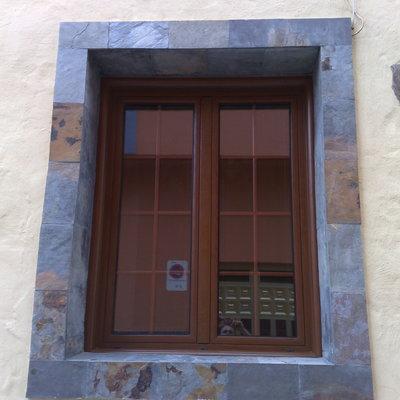 ventana en color madera