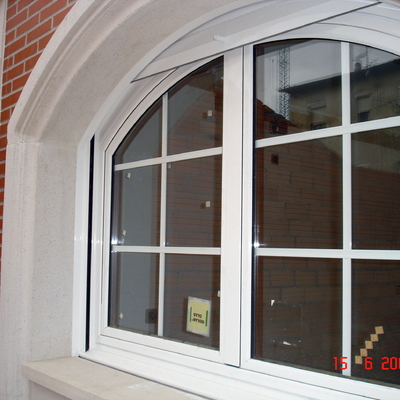 Ventana mixta (interior madera-exterior aluminio blanco)