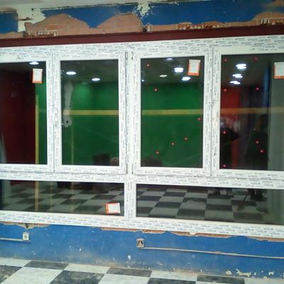 Ventana PVC en local comercial