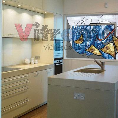 Vidriera abstracta cocina azul