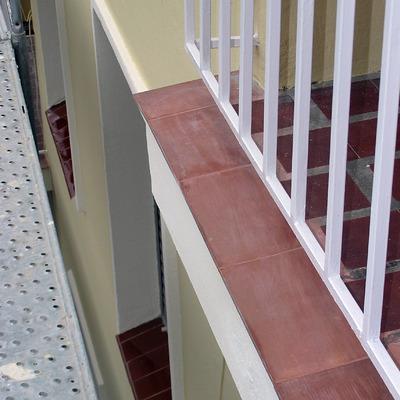 Vierteaguas cerámico sobre cornisas de terrazas