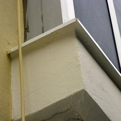 Vierteaguas metálico  sobre cornisas de terrazas