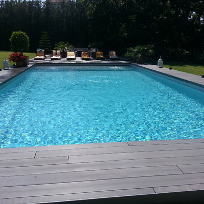 piscina con solarium de tarima sintética