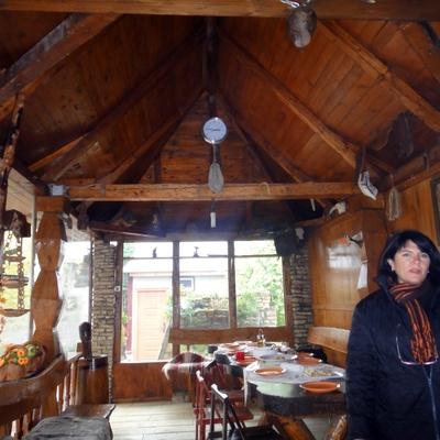 Vista de salón de madera rústica restaurada
