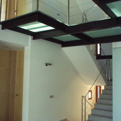 Vista de zona de escalera de cristal y hacero Inox
