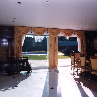 Vista interior del jardín desde el salón