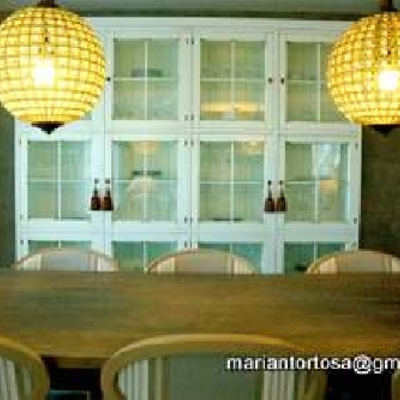 Vista mesa comedor y vitrina