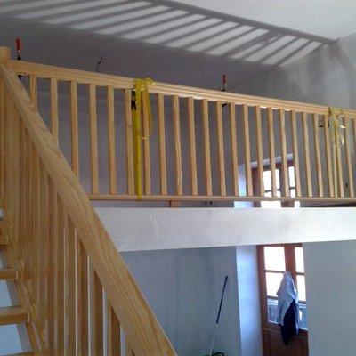 vista parcial escalera y barandilla