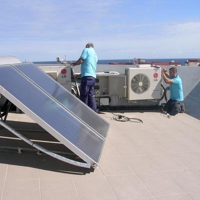 Vivienda con aire acondicionado y placas solares.